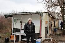 Bezdomovci v chatové osadě poblíž plzeňské Techmanie stráví zimu ve svých chatkách.