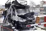 Vyhořelá dodávka u Kauflandu v Plzni