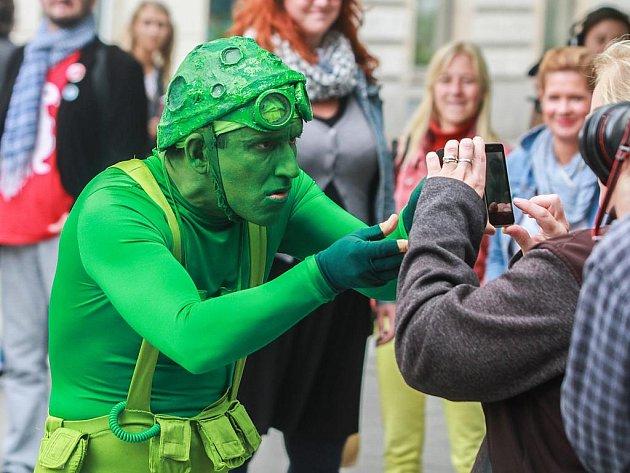Zelený muž v prostoru U Branky komunikoval s lidmi