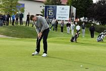 Legendární golfista Nick Faldo při jednom odpalu během exhibice s nadějemi s Greensgate Dýšina.