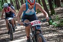 Jindřiška Zemanová ovládla na domácí půdě mistrovský závod v terénním triatlonu. Na snímcích je šampionka zachycena po startu, v cyklistice a při vítězném průběhu cílem.