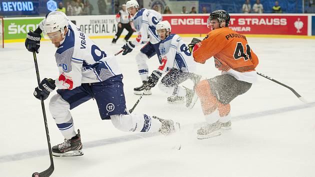 Hokejisty plzeňské Škody čeká v pokračování Ligy mistrů odveta na ledě finské Hämeenlinny. Na snímku ze zápasu v Plzni je zleva Roman Vráblík, Matyáš Kantner a Petr Kodýtek.