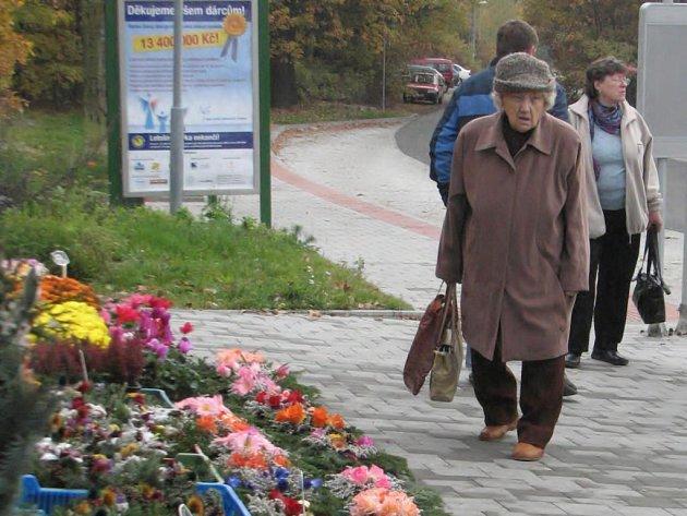 Jedna z návštěvnic boleveckého hřbitova v Plzni si vybírá, čím před Dušičkami ozdobí hrob svých blízkých