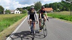 S ÚSMĚVEM  si poradili s trasou 180 km František Raboň ml. (vlevo) a Emil Hekele.