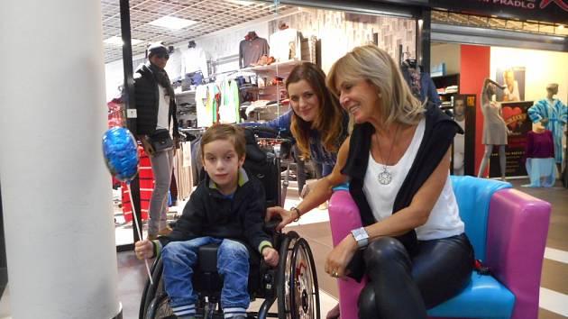 Blanka Nováková (uprostřed) se synem Matýskem a majitelkou GIORGIO fashion  Věrou Vaňourkovou, která pro ně zorganizovala veřejnou sbírku a  pomohla jim finančním darem. Matýsek  rehabilituje v Centru Hájek u Kozlu
