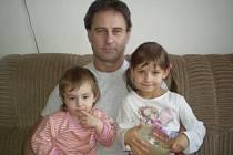 Milan Langmaier s dcerami. Menší holčička vlevo je Natálka, vpravo je pětiletá Šárka