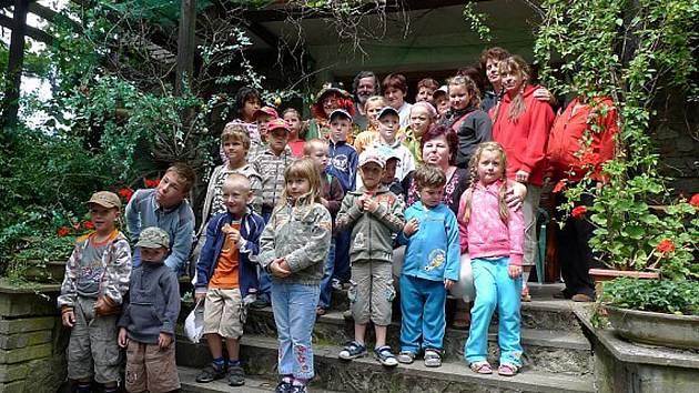 Tradicí se už ve Výrově staly prázdninové výlety. Vždycky v polovině letních prázdniny zaplní děti i dospělí autobus a jedou. Vloni se byli podívat v  Pohádkové zemi v Pičíně, odkud pochází tento snímek, letos se chystají do jižních Čech