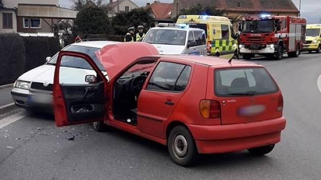 Nehoda dvou osobních aut v Nezvěsticích