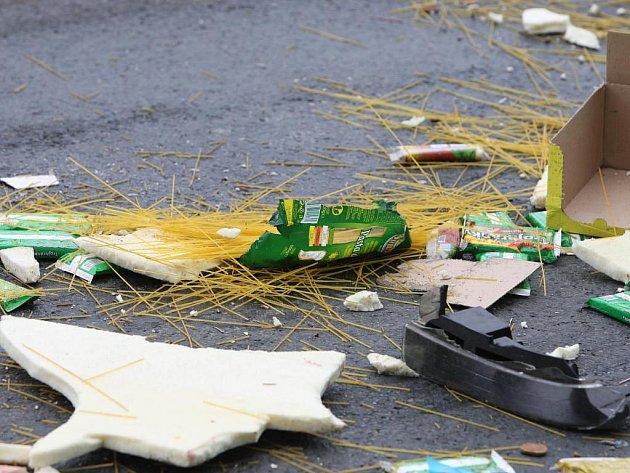 Ve středu ráno se na Rokycanské srazila tři auta. Účastníkem nehody byla i dodávka převážející potraviny, které po nehodě zůstaly rozsypané na silnici