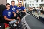 Nákladní automobil Tatra sestavili z dílů, které dodala automobilka, studenti SPŠ dopravní v Plzni Křimicích. Vozidlo dovybavené speciální nástavbou pro zimní údržbu komunikací si převzali krajští silničáři.