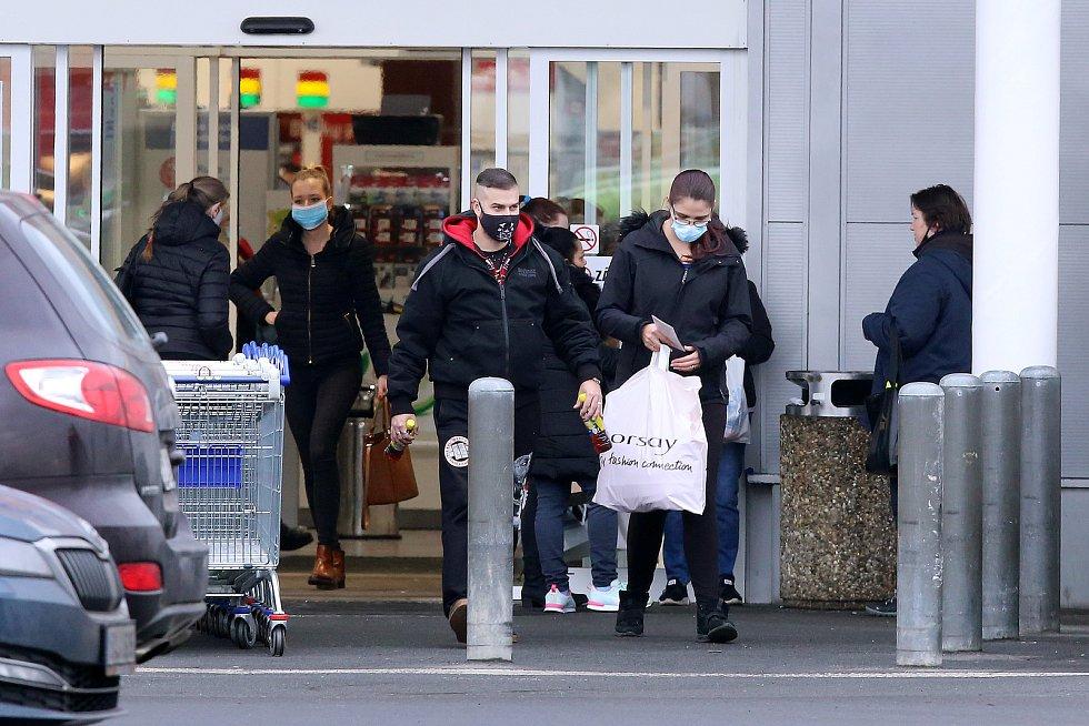 nákupy plná obchodní centra rozvolnění opatření koronavirus OC Plzeň Rokycanská