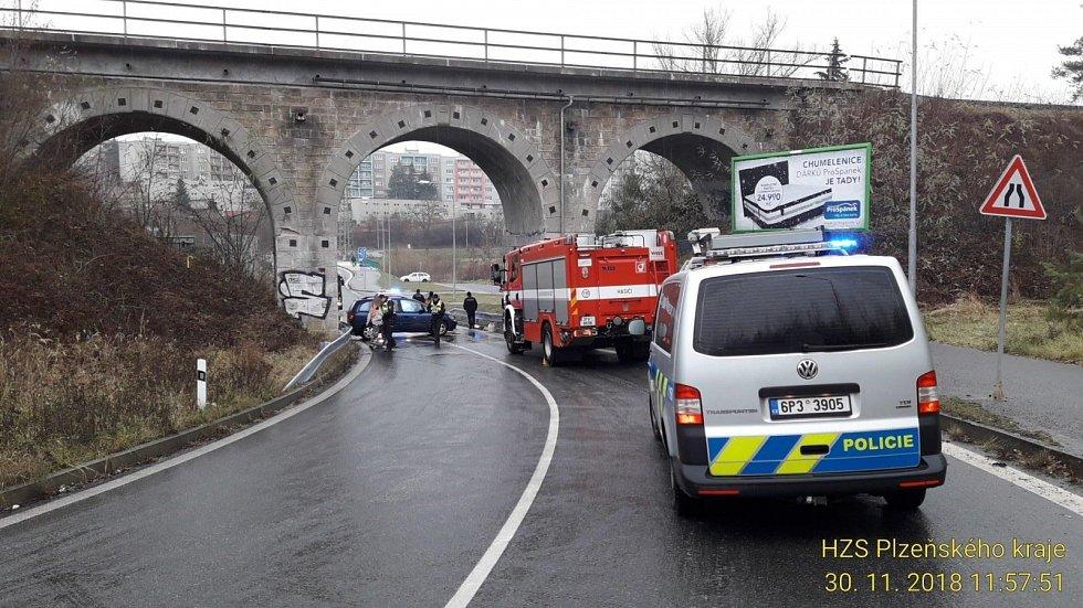 Plzeň - spojnice mezi Novou Hospodou a Skvrňany, Dopravní nehoda bez zranění, z vozidla unikla chladicí kapalina. Nehoda opět souvisí s náledím.