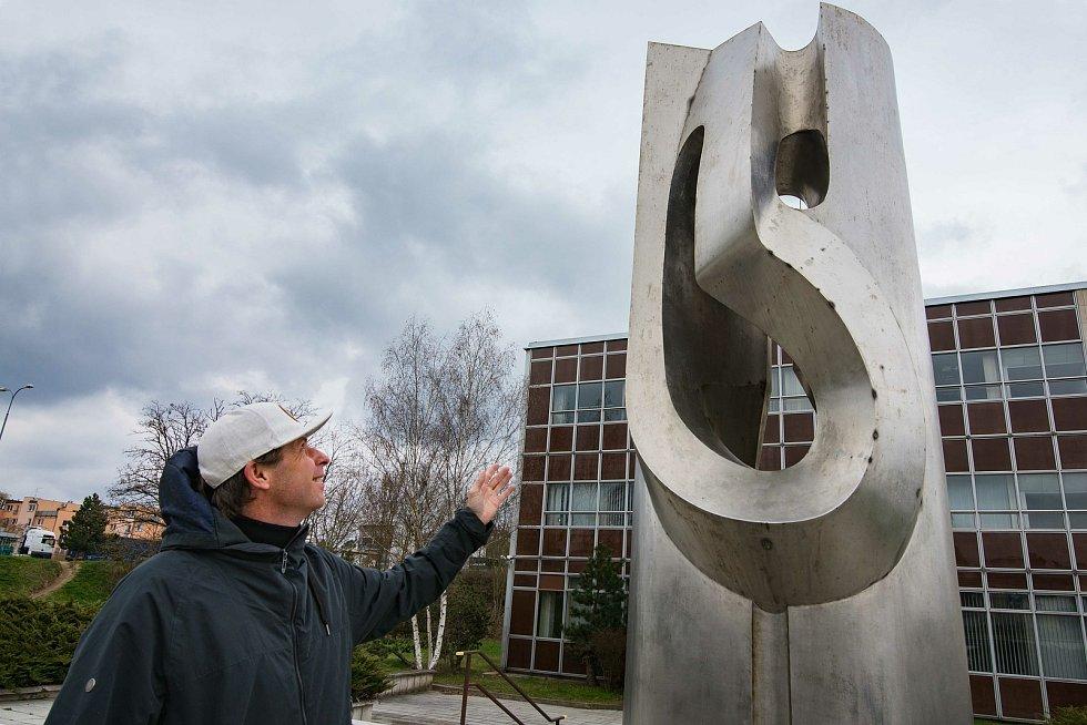 Realizaci Amfionu zaštítil tehdy uznávaný sochař Alois Sopr.