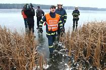 Celkem pět bruslařů se propadlo na silvestrovské odpoledne na boleveckém rybníku skrz led. Na místě pomáhali hasiči a promáčené bruslaře odvážela do nemocnice záchranná služba