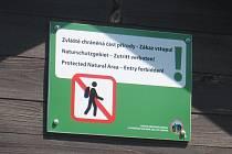 Zákazová cedule u hraničního chodníku