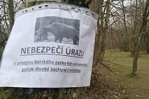 Cedule varující před prasaty se objevila v červnu v Borském parku.