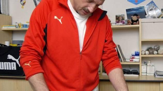 Masér Viktorie Plzeň Miroslav Šimeček prošel odborným školením pro obsluhu defibrilátoru.  Viktoria Plzeň uvažuje o zakouoení dvou přístrojů