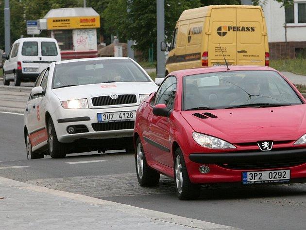 Zpomalovací práh před slovanskou radnicí plní svůj účel. Motoristé, kteří úsek znají, určitě zpomalí. Ti, kteří ale vysoký práh dosud nepoznali, mohou pít problémy