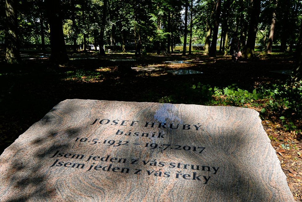Ostatky básníka, překladatele a výtvarníka Josefa Hrubého byly uloženy do nově zřízeného čestného hrobu města Plzně na Ústředním hřbitově v Plzni v části Lesní hřbitov.