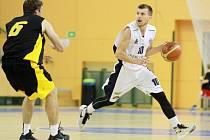 Plzeňští basketbalisté na úvod sezony podlehli Vysočině, když nezvládli poslední čtvrtinu utkání. Na snímku zakládá akci plzeňský Kamil Říha (s míčem)