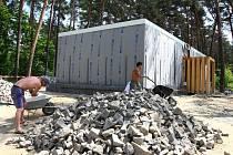 Výstavba nového sociálního zařízení na Ostende po požáru starých toalet by měla skončit na konci června. Nové záchody budou nejspíš jedinou letošní investicí na hlavní pláži