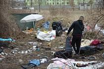 Čtvrtý obvod uklízí nepořádek po bezdomovcích, pomáhají i dobrovolníci. Na snímku březnový úklid z lokality na rohu Chrástecké a Doubravecké ulice.
