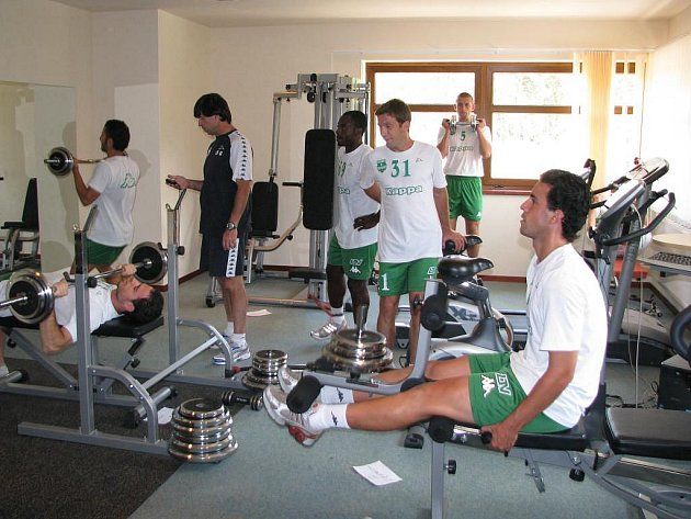 Fotbalisté kyperského Arisu Limassol se připravují ve sportovním areálu ve Zruči u Plzně