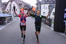 Plzeňané Kristýna Junková a Tomáš Eisner probíhají cílem jako vítězové v kategorii Mix týmů.