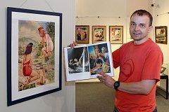 Výstava malíře, kreslíře a ilustrátora Bohumila Bimby Konečného v Mariánské Týnici. Na snímku instalace kreseb a kurátor výstavy Jan Hosnedl.