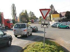 V křižovatce se protínají silnice vedoucí do centra Nepomuku (výjezd vpravo dole), směrem na Dvorec (vlevo dole), na České Budějovice (vlevo), na Kramolín (nahoře) a Plzeň (vpravo)