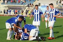 Radost fotbalistů Jiskry Domažlice po jednom ze dvou gólů do sítě druholigového Ústí nad Labem v nedávném 2. kole poháru, který Západočeši doma vyhráli 2:0.