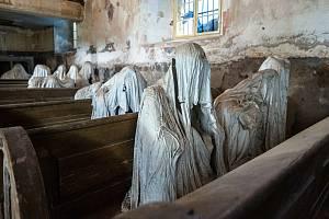 """Luková – Kostel sv. Jiří, Instalace """"Věřící"""", záhadná místa v plzeňském kraji."""