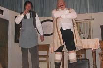 Ochotnický spolek Kbel představil pohádku Karla Svobody Švec a čert, kterou herci doma hráli pro velký úspěch hned třikrát a dokonce s ní vyjíždějí i po okolních obcích. Na snímku Vladimír Maidl coby švec a zlý rychtář Ludvík Pouza.