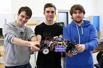 Zleva: David Žahour student ZČU a zakladatel vodíkového týmu a středoškoláci Patrik Vácal a v modré mikině Jan Kučera.