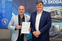 Martin Straka (vlevo) na snímku s Petrem Brzezinou, prezidentem a předsedou představenstva skupiny Škoda Transportation, po podpisu nové tříleté smlouvy.
