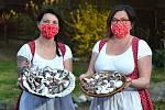 Švagrové Barbora Fabišiková a Lucie Fabišiková ze Sence-Zruče na severním Plzeňsku pečou velikonoční perníčky. Perník pečou dle vlastní receptury a ke zdobení hledají inspiraci na Chodsku.