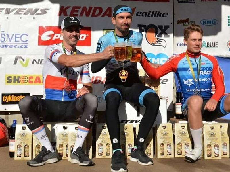 Vítězný přípitek -  zleva druhý Michal Kollert, vítěz Tomáš Kalojíros a třetí Karel Macán.