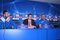 Pavel Vrba na tiskové konferenci (vpravo).