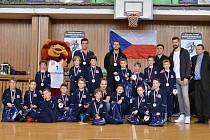 Minižáci basketbalové Lokomotivy obsadili třetí místo na republikovém šampionátu. Na snímku jsou s medailemi za třetí místo