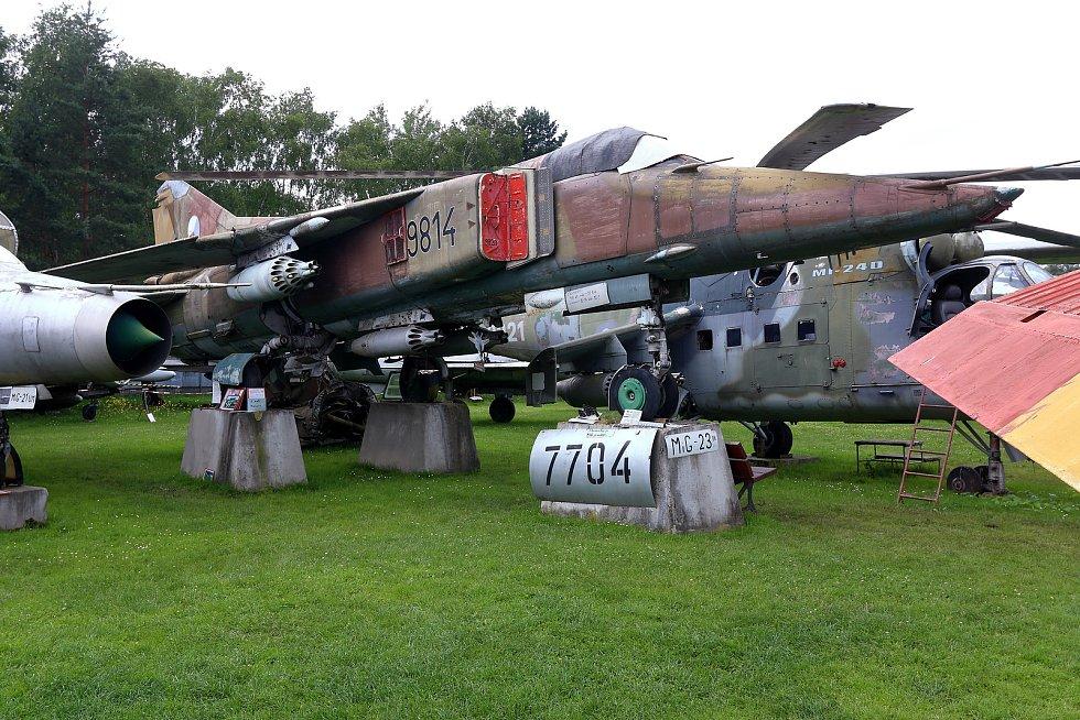 MIG-23 v jednomístné bojové verzi s výzbrojí palubních i přídavných zbraní už v Air Parku Zruč mají.