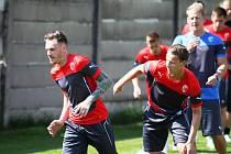 S fotbalisty FC Viktoria Plzeň včera dopoledne na hřišti v Luční ulici absolvovaly první trénink v novém klubu také posily Ondřej Vaněk a Jan Chramosta (zleva).