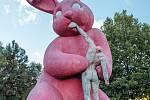 Obří růžový králík u sídliště na Košutce.