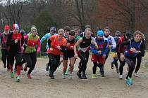 Na trať závodu při 3. ročníku Běhu 17. listopadu v Blovicích vybíhají společně kategorie žen, dorostenců a dorostenek