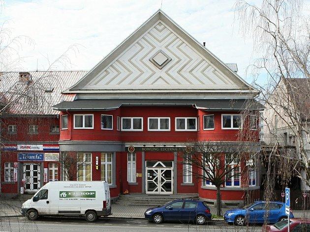 Bývalé kino Lucerna na Doubravce. Dnes je zde bowling a herna.