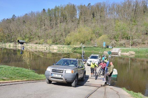Přívozy na Berounce často využívají cyklisté.