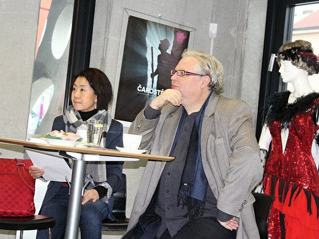Feng-Yűn-Song, zakladatelka a organizátorka Songfestu.cz, představuje spolu s Martinem Otavou, ředitelem Divadla J. K. Tyla v Plzni, čtvrteční festivalový program.