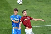 Fotbalisté Viktorie remizovali v 9. kole první ligy v Praze se Spartou 0:0. Plzeňský útočník David Střihavka (v modrém) v souboji s jedním ze sparťanských obránců.