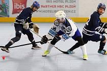 Jedinou branku hokejbalistů HBC Plzeň při porážce 1:2 po samostatných stříleních v duelu v Kladně vsítil Martin Krch (na archivním snímku uprostřed).