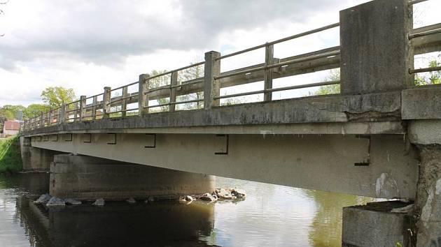 Most přes Úhlavu je dle silničářů ve velmi špatném stavu. Například do něj zatéká. Pomůže mu 11 milionů korun.
