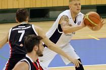 JEDNOU Z OPOR  basketbalistů Lokomotivy při vítězství 67:60 nad Sokolem Pražským byl VáclavHonomichl (na archivním snímku v bílém).